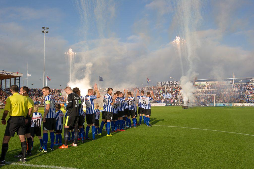01-11-2014: Voetbal: Quick Boys v Katwijk: Katwijk Quick Boys line up, sfeeraktie supporters Hoofdklasse B zaterdag